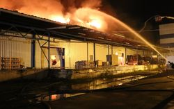 На столичной Лесовой сгорел склад с пенопластом: спасателям пришлось добывать воду в 600 метрах